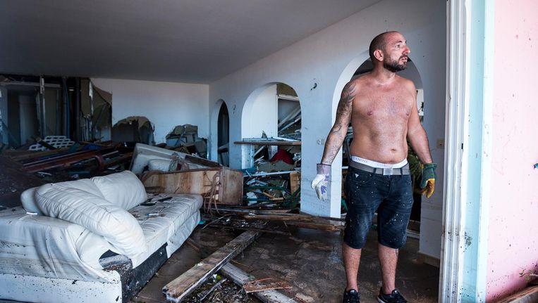 Een man bij zijn vernielde huis op Sint Martin. Beeld afp