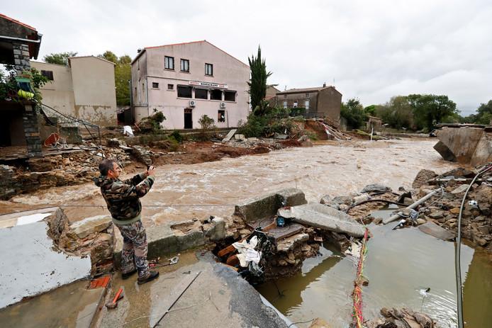 Een man neemt de schade op die het noodweer in het gebied l'Aude veroorzaakt heeft.