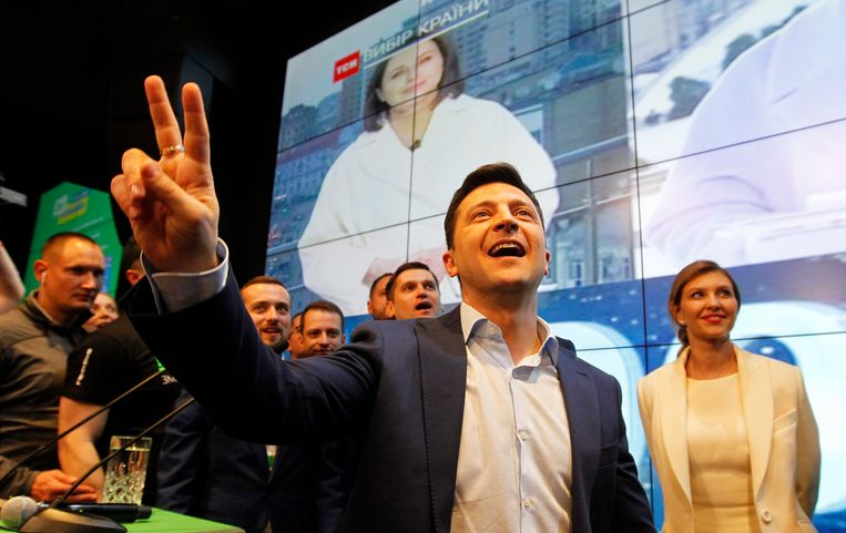 Acteur en humorist Volodymyr Zelensky, een nieuwkomer in de politiek, heeft vandaag een klinkende overwinning op aftredend president Petro Porosjenko behaald in de presidentsverkiezingen in Oekraïne.