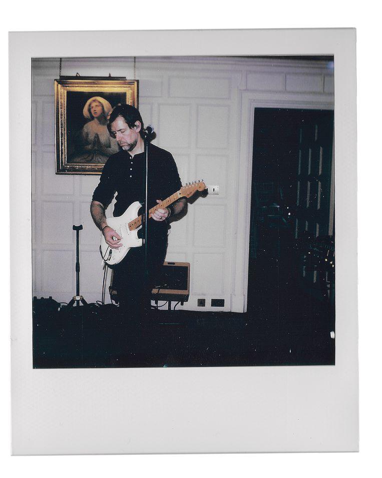 Ed O'Brien in het huis in Wales waar hij ten dele Earth heeft opgenomen. Beeld Louis Mackay