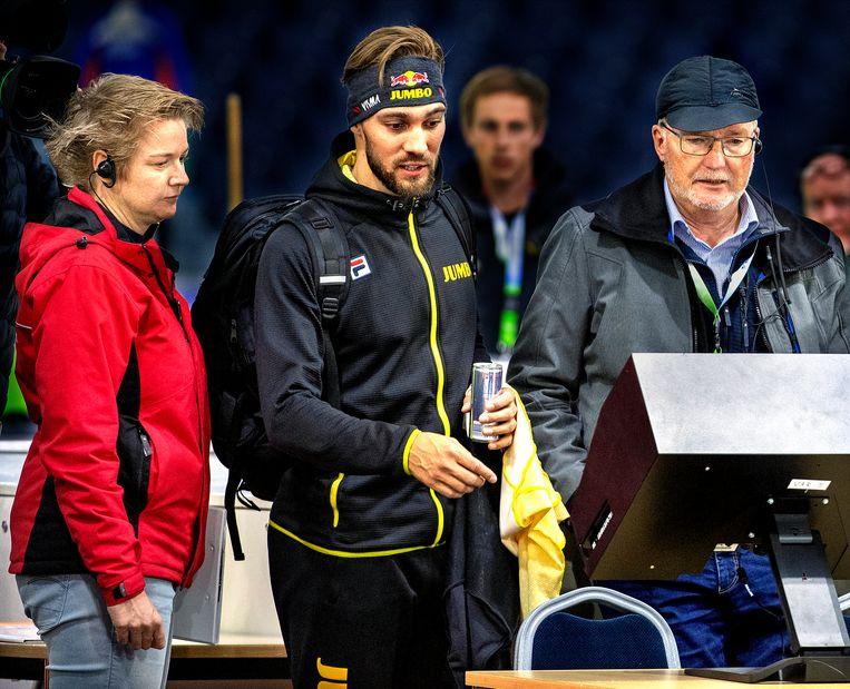 Kjeld Nuis bestudeert met juryleden de beelden van zijn 1.500 meter. Beeld Klaas Jan van der Weij / de Volkskrant