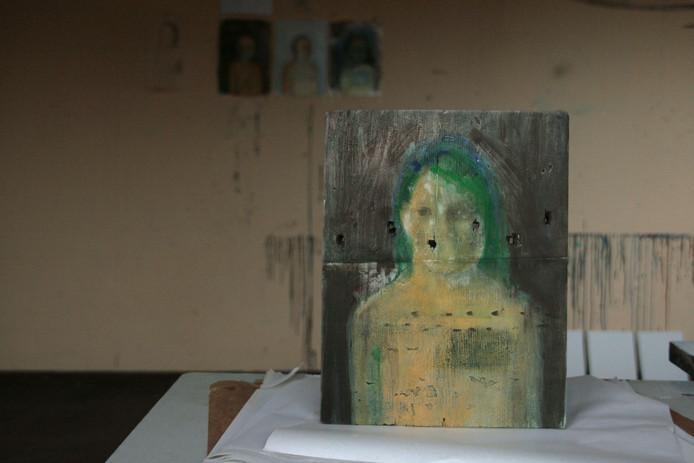 Het atelier van Marieke Peters met haar werk in wording.