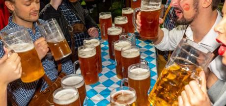 Vriezenveen viert Oktoberfest in Duitse tent: 'Het wordt steeds gekker en groter'