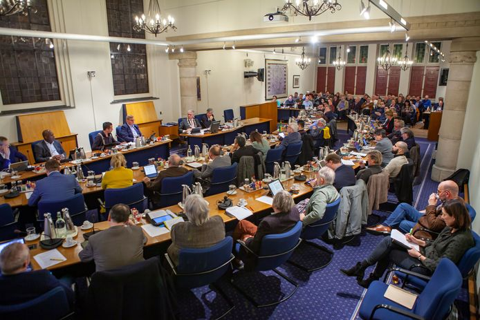 De gemeenteraad voor corona. De 33 raadsleden worstelen met de enorme bezuinigingen. En zij niet alleen.