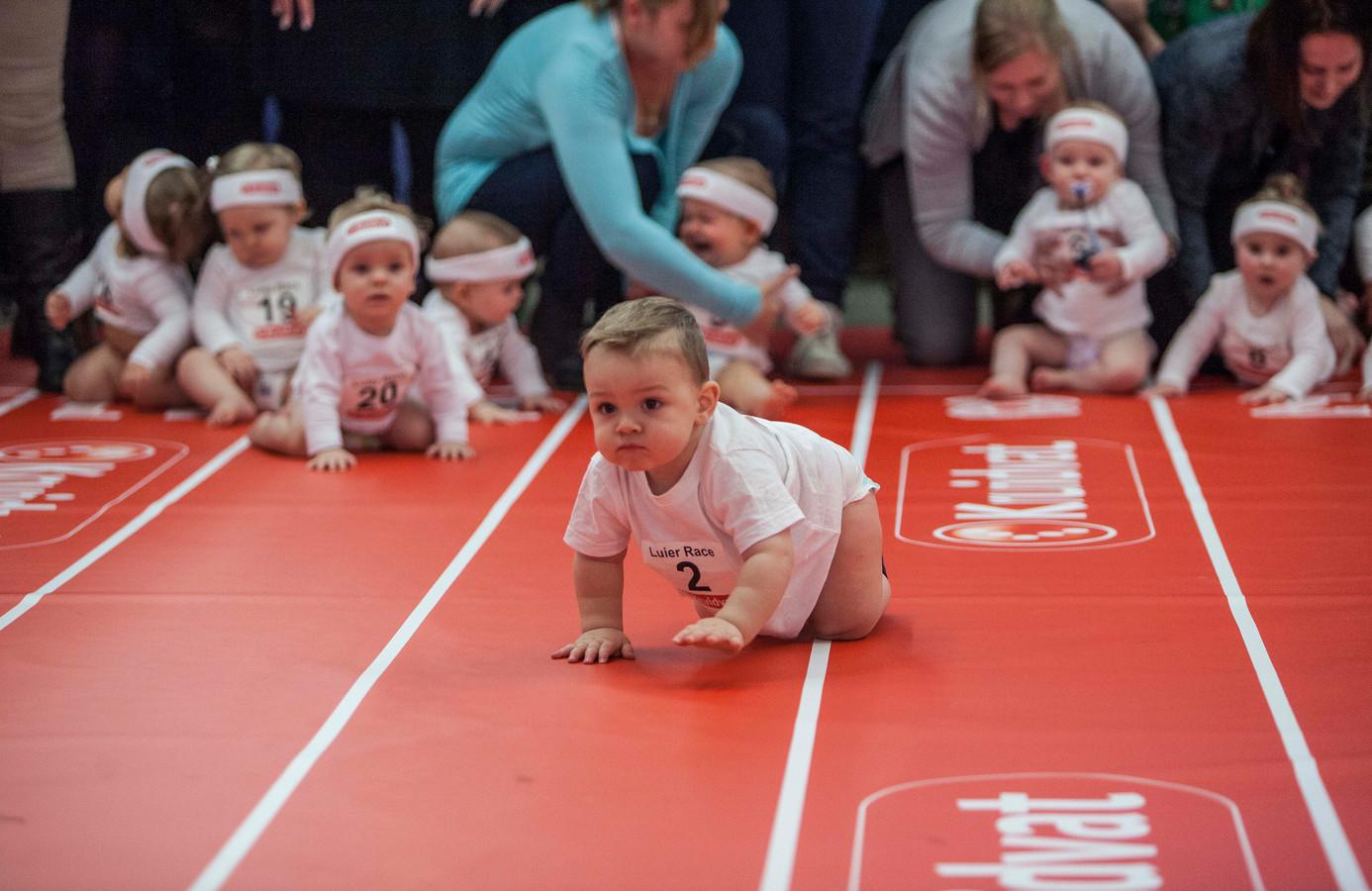 Luierrace op de negenmaandenbeurs voor baby 's en peuters gesponsord door het Kruidvat. Welke baby kruipt het snelst?