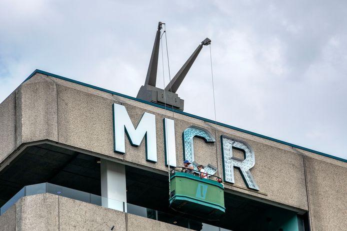 Vanuit het glazenwassersbakje is een begin gemaakt met het ophangen van de letters die de naam Microlab vormen.
