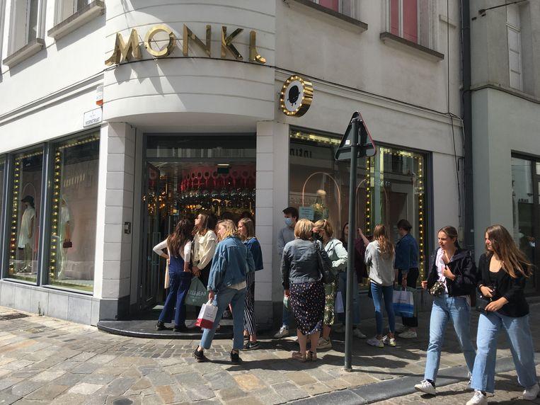 Allemaal in de rij in de Veldstraat, bij Monki.