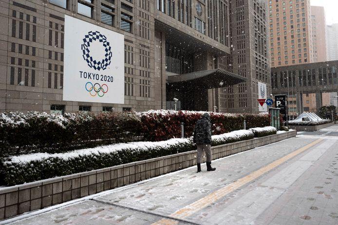 Een man trotseert de sneeuw in Tokio. De gouverneur van de Japanse stad heeft gevraagd of iedereen zo veel mogelijk binnen wil blijven
