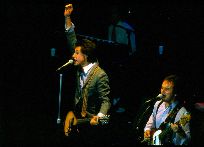 Ray Davies en Jim Rodford (rechts) van The Kinks in 1979.