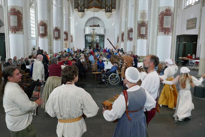 Een Middeleeuwse dansgroep brengt sfeer tijdens de St. Maartensmaaltijd in Doesburg.