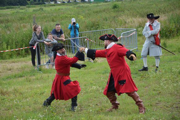 Deze re-enactors geven een demonstratie zwaardvechten tijdens het historisch spektakel 'Ninove 1692' op Doorn Noord.