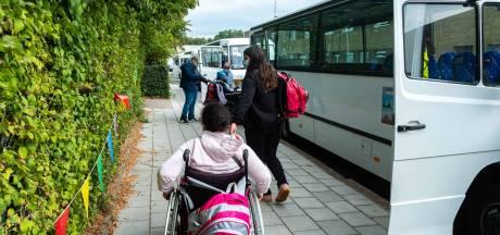 """Leerlingen De Tjalk zijn nog altijd uren onderweg naar school: """"En nu bij 30 graden en zonder airco in de bus"""""""