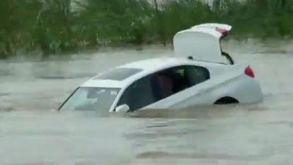 Man dumpt BMW die hij cadeau kreeg in rivier (omdat hij liever Jaguar wilde)