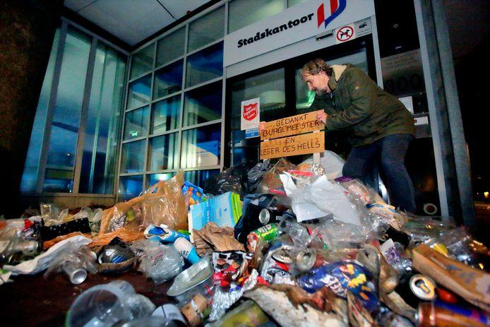 Buurtbewoners van het Kromhout voelen zich niet gehoord. ,,Bedankt burgemeester en Leger des Heils'', valt er op een bordje bovenop de gedumpte vuilnisbelt te lezen.
