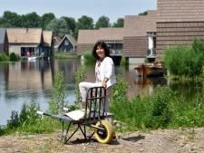 Geïnteresseerden ParqGreen recreatiewoningen  kijken naar laatste huizen aan Reeuwijkse Plassen