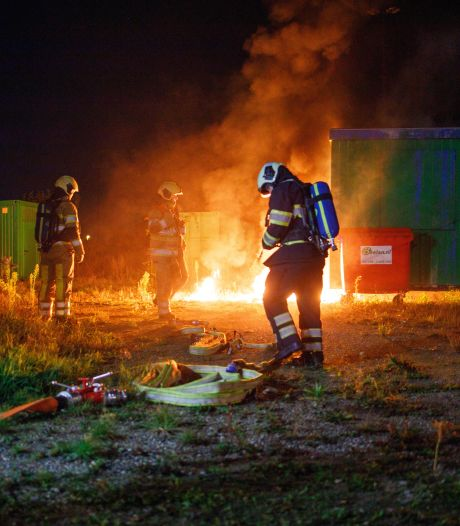 Container in Vathorst brandt uit, passerende fietsers bellen brandweer