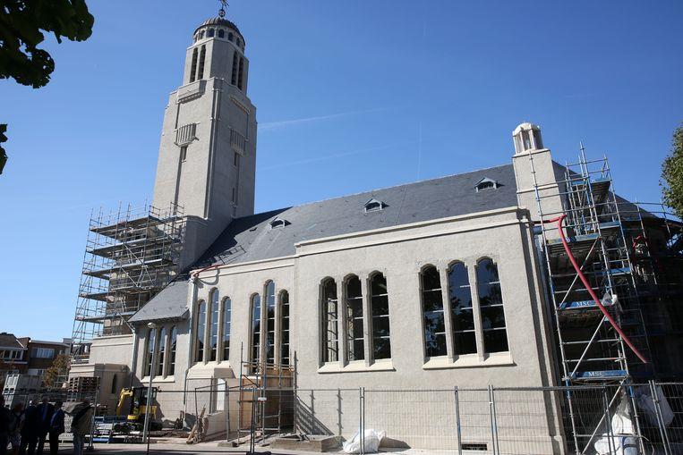 De  betonnen Sint-Rochuskerk in Halle stond een jaar in de steigers.
