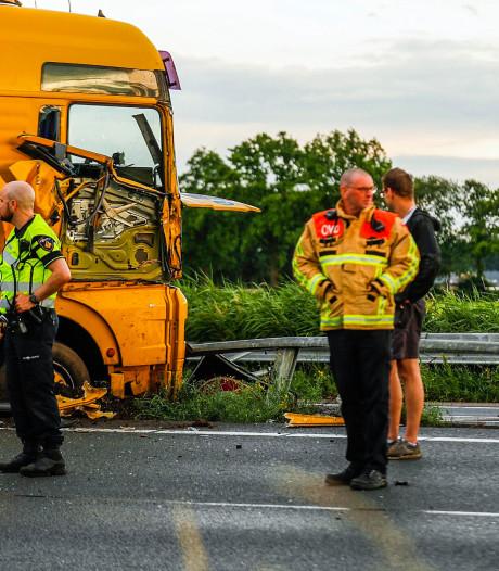 Vrachtwagen botst op vangrail: flinke ravage en file op A67 bij Lierop