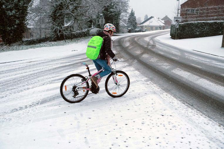 Toch met de fiets naar school op deze witte ochtend.