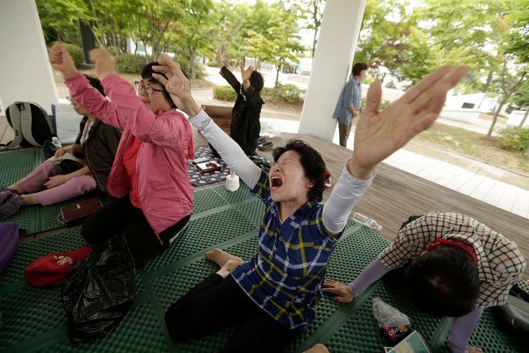 Intussen wordt in Zuid-Korea tijdens een kerkdienst vurig gebeden voor vrede op het schiereiland.
