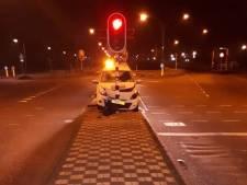 Bestuurder knalt op vluchtheuvel in Waalwijk door niet goed gekrabde autoruit
