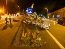 Tesla in de prak en bestuurder gewond bij crash op A28