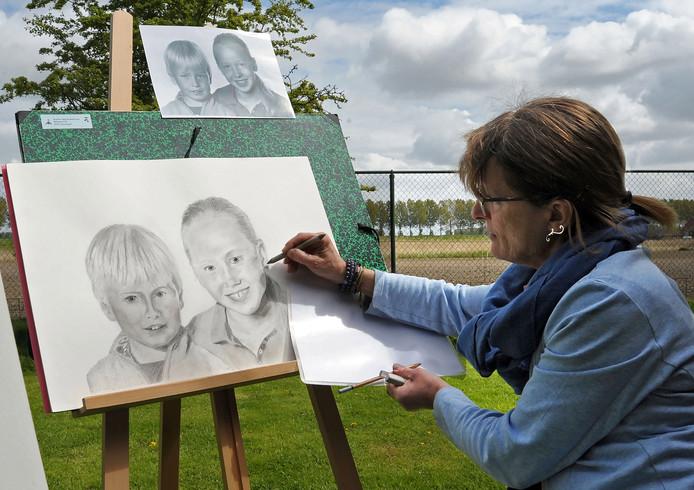 Kunstroute Graauw, een paar jaar geleden. Tekenares Sophie Van Nieuwenhove aan het werk.