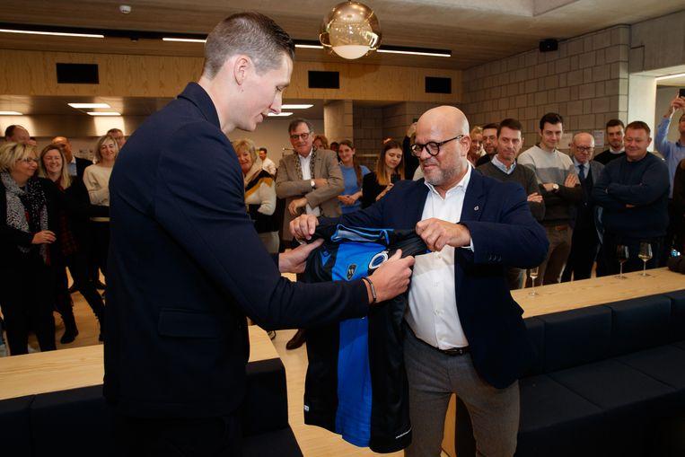Voorzitter Bart Verhaeghe overhandigt Vanaken een speciaal shirt.