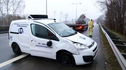 Bestuurder verliest controle over bestelwagen en kantelt