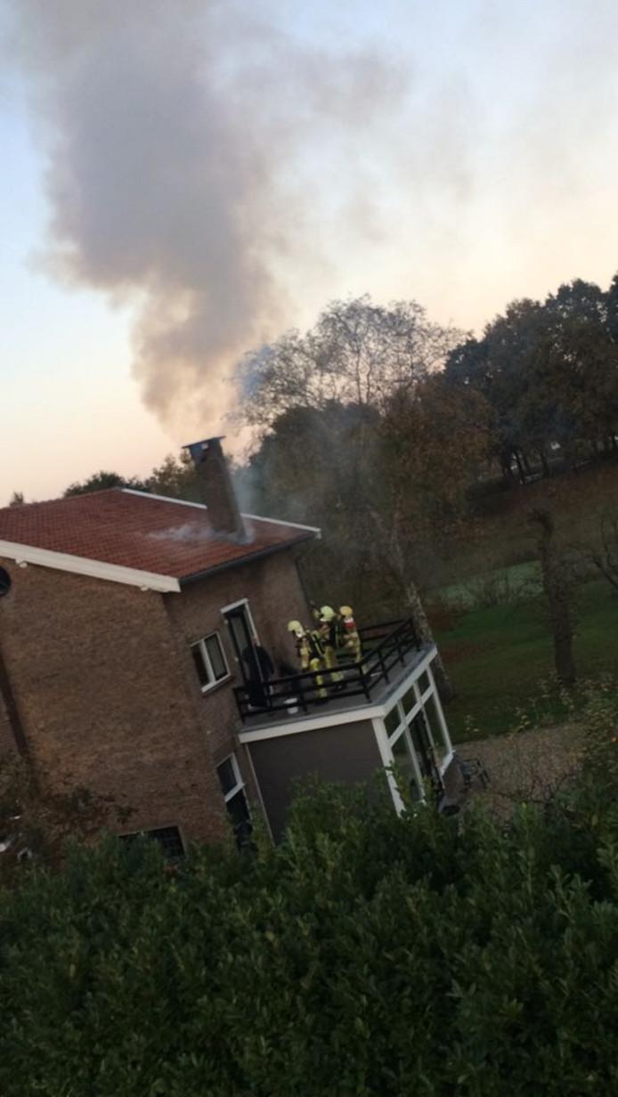 Omwonenden konden de rook uit het pand zien komen. Foto: Emma Sterk