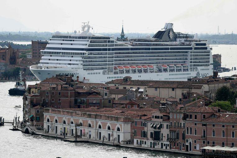 """Venetië: 260.000 inwoners, 30 miljoen toeristen per jaarInwoners protesteren tegen de cruiseschepen die """"dagtoeristen uitbraken""""."""