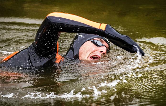 Zwemmer Maarten van der Weijden onderweg tijdens zijn monstertocht langs de elf Friese steden, vorig jaar. Toen lukte het niet.
