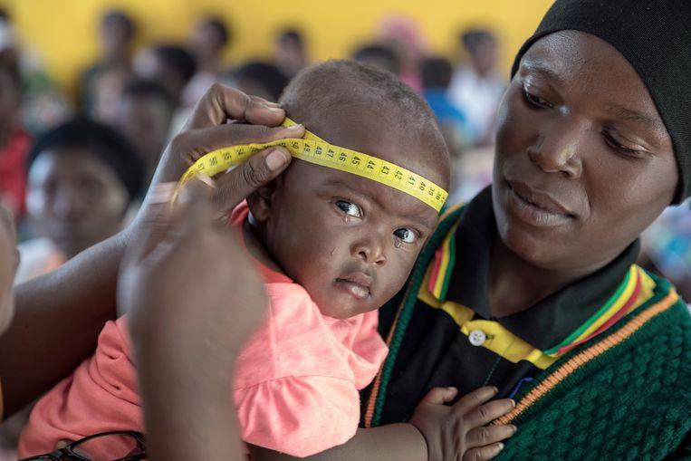 De groei en ontwikkeling van kinderen en babies tot 5 jaar wordt in de gaten gehouden en wanneer deze achterblijft, krijgt de moeder de pap mee voor het aansterken van haar kind. Beeld .