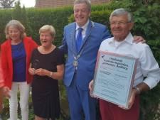 Aalburgs waarderingsteken voor vrijwilligers Piet en Betsy van Drunen