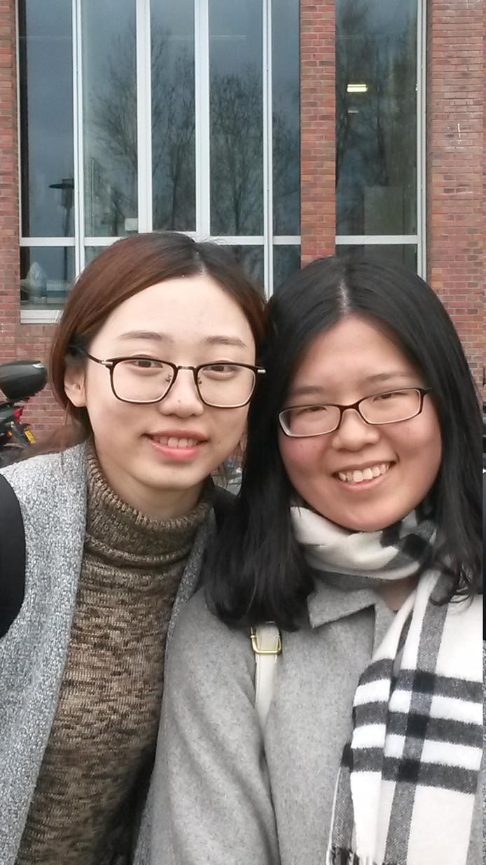 De twee Chinese vriendinnen Megli Zhou (rechts) en Quiyi Song studeren sinds afgelopen<br />september allebei Landschap Architectuur aan de Wageningen Universiteit.