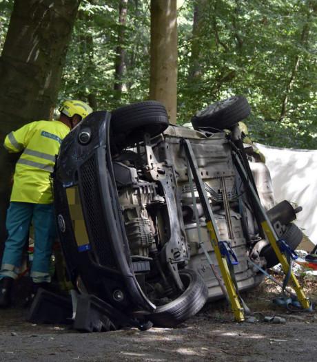 Bestuurder uit gekantelde auto geknipt na aanrijding in Elspeet
