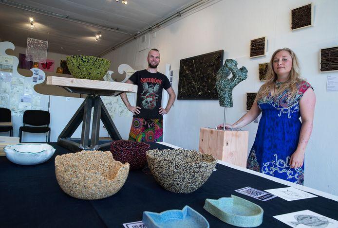 Kunstenaars Herman en Annica. Op tafel staan de schalen gemaakt van zaden.