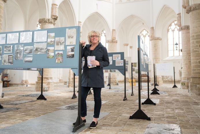 """Corina Jansen-Verkerk is bezig met het samenstellen van haar derde expositie in de Grote Kerk. ,,Het is daar prachtig. De kerk leent zich hier zó goed voor."""""""