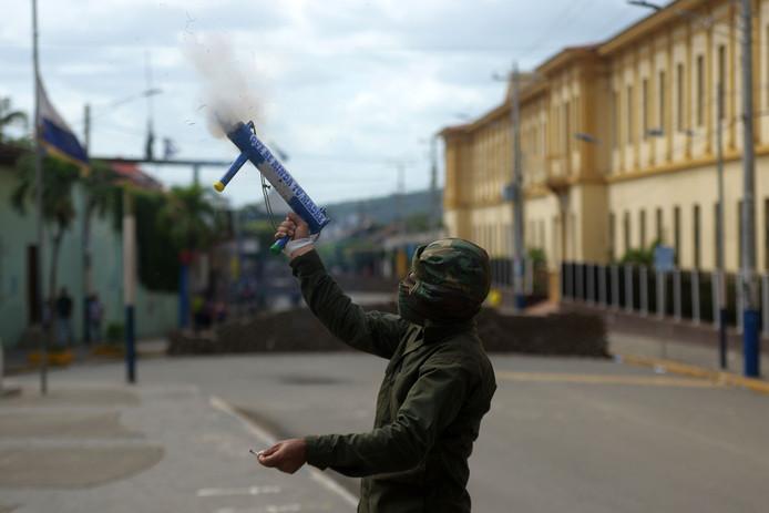 Een betoger tegen de regering van de Nicaraguaanse president Ortega vuurt een zelfgemaakte mortiergranaat af tijdens protesten in de stad Masaya op woensdag.
