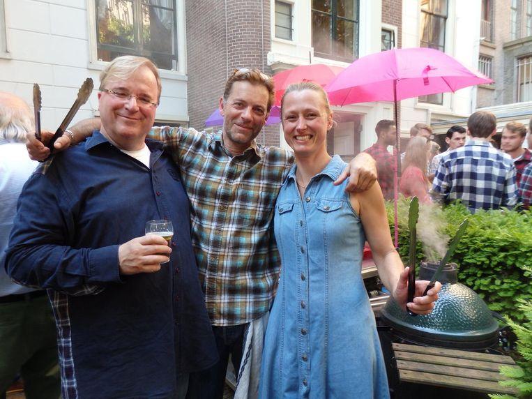 Eric Horssius, ombudsman-schadeverzekeringen, Koen de Beer, facilitymanager, en Esther Abma (Salon Puur). Bij de wagyuhamburgers, gemarineerd in Guinness Beeld Schuim