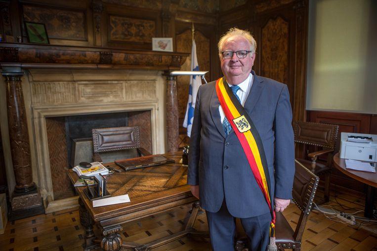 Burgemeester Hugo Vandaele in zijn bureau.