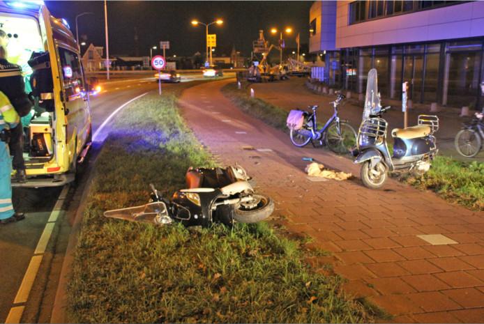 Ongeluk tussen scooter en brommer langs de Nieuweweg in Poeldijk