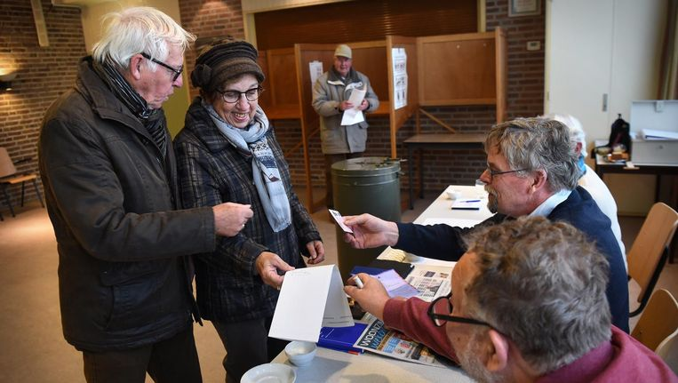 Bewoners uit Britsum gaan naar de stembus voor een nieuwe gemeenteraad. Beeld Marcel van den Bergh/ de Volkskrant