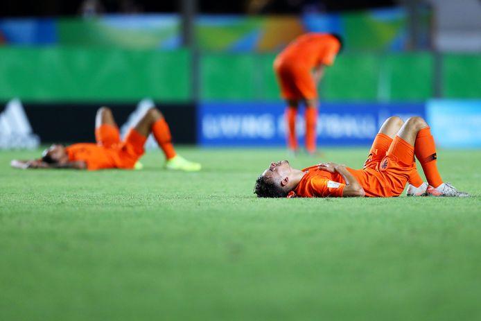Oranje Onder17 treurt. Mohamed Taabouni ligt verslagen op de grasmat Estádio Estadual Kléber José de Andrade in Cariacica.
