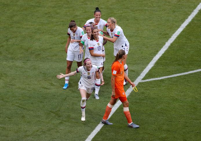 Anouk Dekker kijkt toe hoe de Amerikanen de tweede treffer vieren.
