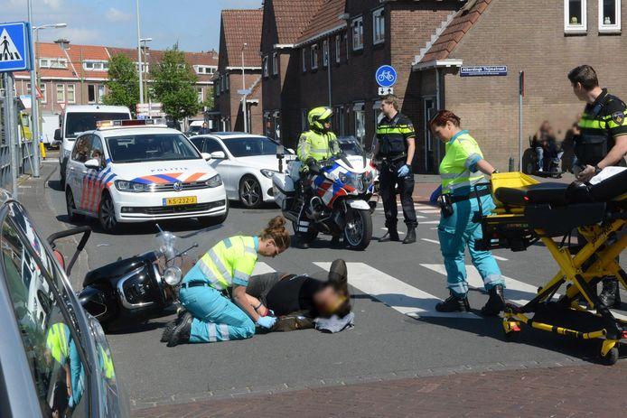 Op het Hildebrandplein in Den Haag raakte een scooterrijder gewond.