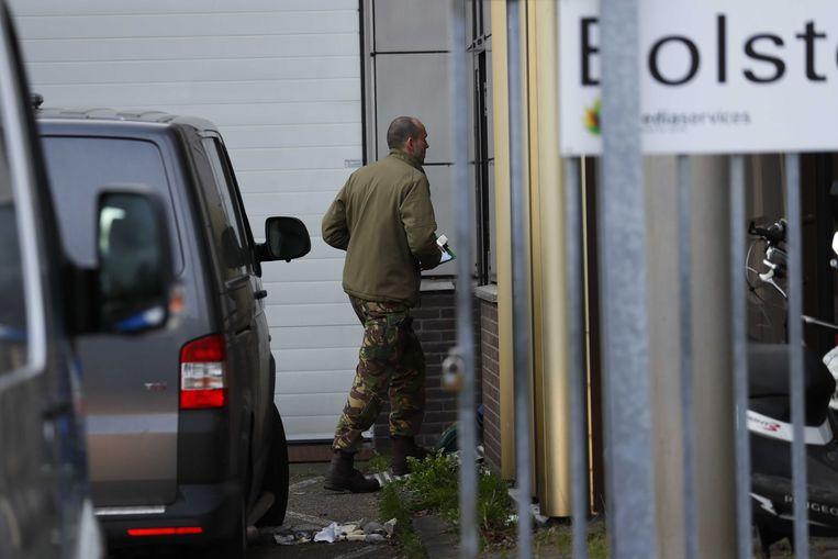 Hulpdiensten bij een pand aan de Bolstoen in Amsterdam. In de postkamer van het bedrijf is vermoedelijk een bombrief ontploft.