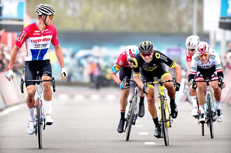 Mathieu van der Poel (links) kijkt al voor de finishlijn van Dwars door Vlaanderen toe hoe er om de tweede plaats achter hem wordt gesprint. Beeld Klaas Jan van der Weij / de Volkskrant