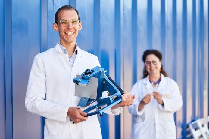 SCK CEN-wetenschappers Bjorn Baselet (links) en Sarah Baatout (rechts) met het 'random positioning machine' en de raderdieren.