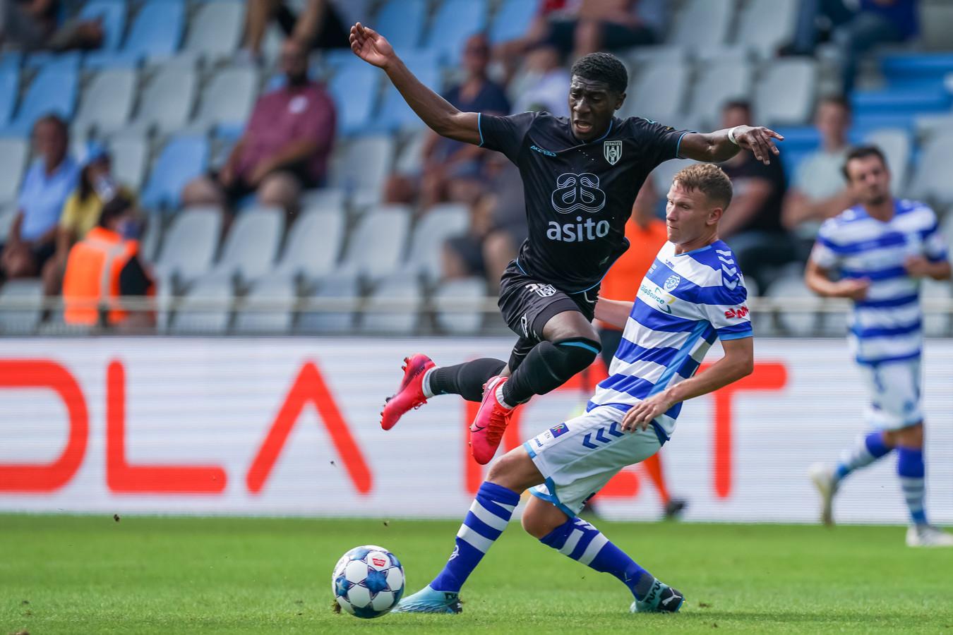 Mohamed Amissi in duel met Julian Lelieveld van De Graafschap
